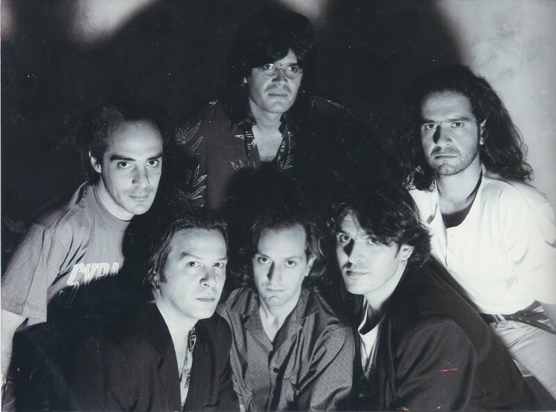 Οι Απροσάρμοστοι, 1992, Κάτω αριστερά, Γιώργος Δημητριάδης, Λουκάς Γκέκας, Αλέκος Αράπης - Πάνω αριστερά, Κυριάκος Δαρίβας, Βασίλης Πετρίδης, Οδυσσέας Γαλανάκης